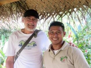 Mon amoureux avec notre guide du Spice Garden, c'est lui qui nous fournira la solution pour nous rendre à Lubaantun. Merci! Toledo District, Belize.
