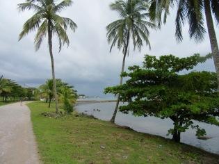 En marchant le long de la rue qui longe la mer. Un peu plus loin, le Pelican Restaurant, notre resto préféré. Punta Gorda, Toledo District, Belize.