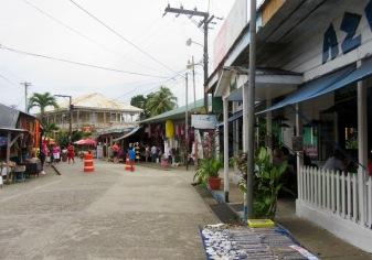Pendant les fêtes de Noël certaines rues étaient interdites aux voitures et aux tuk tuk. Livingston, Guatemala.