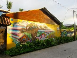 Le mur qui sépare le Guest House Casa Nostra de la rue a été peint dans le cadre d'un projet spécial relié au tourisme. Il est très réussi! Livingston, Guatemala.