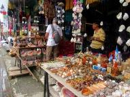Pour certains touristes, c'est l'occasion pour acheter des produits d'artisanat local. Mon amoureux, quant à lui, s'intéresse aux instruments de musique. Livingston, Guatemala.