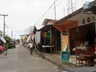 Les rues de Livingston sont très vivantes, les échoppes et les restaurants se succèdent le long de la rue principale. Guatemala.