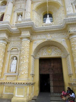 Iglesia de Nuestra Señora de la Merced, cette imposante structure nous séduit avec sa couleur jaune et ses ornements blancs. Antigua, Guatemala.