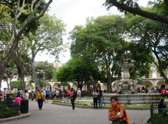 El Parque Central, un bel espace vert où les gens de tous les âges aiment se retrouver. Antigua, Guatemala.