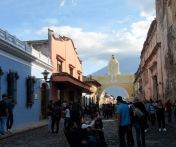 L'arc de Santa Catalina, une structure emblématique d'Antigua, tranche sur la silhouette d'un volcan éteint, Guatemala.