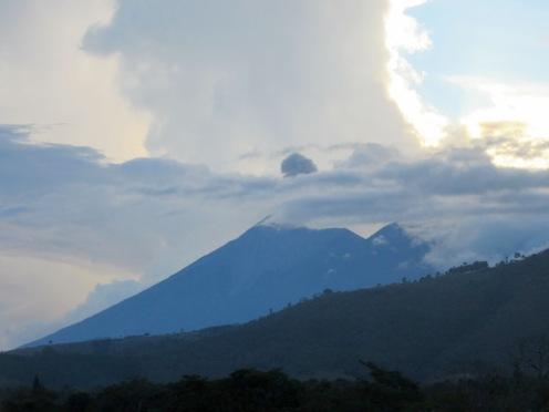 Derrière la masse nuageuse, nous devinons la fumée qui se dégage du volcan El Fuego, près de la ville d'Antigua, Guatemala.