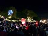 La population d'Antigua se prépare à fêter le premier de l'An autour du Parque Central. Il y aura des feux d'artifice sur le coup de minuit. Guatemala.