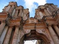 Certaines ruines ne peuvent être admirées que de l'extérieur, mais elles témoignent encore du passé colonial de la ville. Antigua, Guatemala.