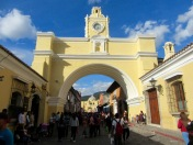 Les deux faces de l'arc de Santa Catalina sont aussi impressionnantes d'un côté comme de l'autre. Cette fois-ci, nous observons la Iglesia de Nuestra Siñora de la Merced en arriére-plan. Antigua, Guatemala.