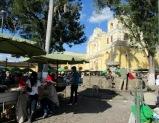 Les jours de fête et les fins de semaine les cuisines éphémères s'installent devant la Iglesia de Nuestra Siñora de la Merced. Antigua, Guatemala.