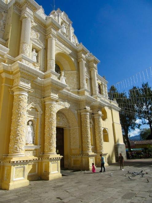 La Iglesia de Nuestra Siñora de la Merced a su résister aux tremblements de terre qui ont secoué la ville à travers les années. Antigua, Guatemala.