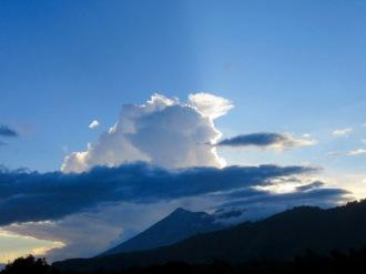 Coucher de soleil derrière El Fuego, spectaculaire! Antigua, Guatemala.