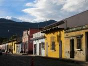 Entourée de trois volcans, la ville présente une architecture coloniale avec des bâtiments assez bas aux couleurs éclatantes. Antigua, Guatemala.