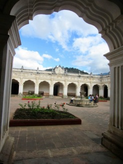 Le Musée de Arte colonial est une ancienne université transformée en petit musée. La cour intérieure accueille une jolie fontaine. Antigua, Guatemala.