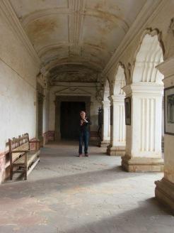 Le photographe photographié sous les arcades du Museo de Arte colonial, Antigua, Guatemala.