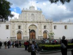 La Cathédrale de Santiago n'a été que partiellement reconstruite après le grand tremblement de terre. Derrière sa belle façade, les ruines à ciel ouvert peuvent être visitées. Antigua, Guatemala.