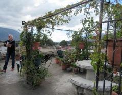 La terrasse aménagée sur le toit de notre hôtel de la Merced permet d'observer la ville et les trois volcans qui l'entourent. Antigua, Guatemala.