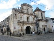 Les ruines de la Iglesia de San Augustín sont très imposantes et occupent tout un coin de rue. Inaugurée en 1657, elle fut endommagée par plusieurs tremblements de terre et fut abandonnée sans que sa reconstruction soit envisagée. Antigua, Guatemala.