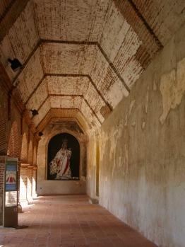 Les corridors de l'étage inférieur des ruines du Covento de Nuestra Siñora de la Merced témoignent de sa magnifique architecture avant les tremblements de terre. Antigua, Guatemala.