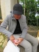 Avant de commencer la visite d'Aguateca, nous cassons la croûte sur un banc. Heureusement que nous avions notre lunch, les ruines sont isolées. Nous avons pris le petit-déjeuner tôt et nous aurons besoin d'énergie pour bien profiter de la visite. Petén, Guatemala.