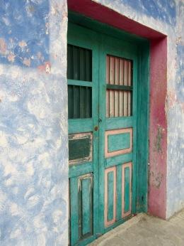 Parfois, au détour d'une rue, une jolie porte nous surprend avec son agencement de couleurs. Flores, Petén, Guatemala.