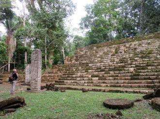 Ce temple était probablement un endroit sacré en raison de sa localisation, juste devant la place principale avec une vue sur les activités de la Grieta. Aguacate, Petén, Guatemala.