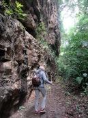 Aguateca était construite sur les hauteurs, protégée par un haut mur. Elle était séparée en deux par une immense crevasse dans la falaise. Ce mur était encore plus haut lors de l'occupation de la ville. Depuis, la terre et les feuilles mortes se sont accumulées. Le niveau du sol a ainsi été surélevé de quelques pieds. Petén, Guatemala.