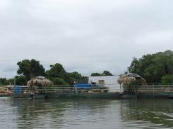 Puisqu'il n'y a pas de pont à Sayaxché, des bateaux plus grands font la navette avec des voitures. Petén, Guatemala.