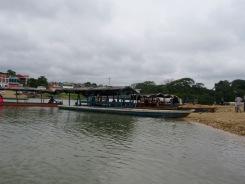 Il n'y a pas de pont entre les deux rives de Sayaxché, mais un traversier fait la navette. Petén, Guatemala.