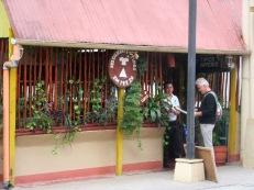 Mon amoureux semble avoir trouvé un menu qui lui plaît. Tant mieux, c'est l'heure de la pause. Flores, Petén, Guatemala.
