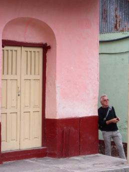 Nous avons tout le temps nécessaire pour admirer les couleurs des maisons de l'île. Flores, Petén, Guatemala.