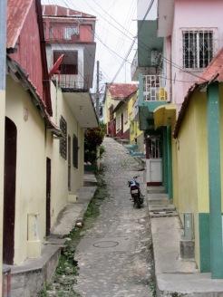 Une ruelle sur l'île de Flores. Remarquez le trottoir en escalier dans la montée abrupte! Petén, Guatemala.