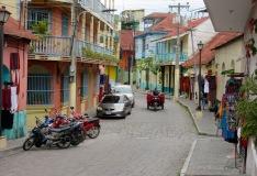 Une jolie rue sur l'île de Flores, Petén, Guatemala.