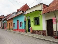 Les maisons de l'île sont bien entretenues et leur couleur est un régal pour les yeux. Flores, Petén, Guatemala.