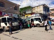 Un court arrêt au marché, les préposés crient la destination de l'autobus et quelques passagers s'ajoutent. Nous sommes prêts. Vamos! Flores, Petén, Guatemala.