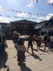 Pendant l'arrêt au marché, des vendeurs ambulants présentent leur marchandise avant le départ du bus. C'est très pratique! Flores, Petén, Guatemala.