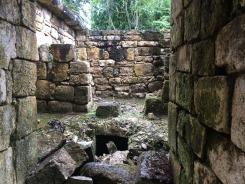 Située au cœur d'une immense réserve écologique et malgré la surveillance des gardiens, il arrive quand même qu'elle soit pillée. (Photo de Robert) Aguateca, Petén, Guatemala