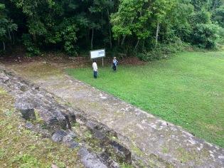 Les panneaux d'explications traduisent bien la vie d'Aguateca et le rôle de chacun des bâtiments. Notre guide ajoute quand même quelques explications de son cru. (Photo de Robert) Aguateca, Petén, Guatemala.