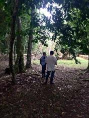 Notre guide ne se fait pas prier pour nous transmettre ce qu'il connaît de l'histoire de cette mystérieuse cité que fut Aguateca et nous entretient des enjeux sur sa préservation actuelle. (Photo de Robert) Petén, Guatemala.