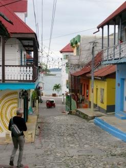 L'île de Flores n'est pas très grande et la présence du lac se fait sentir le long de ses rues. Petén, Guatemala.