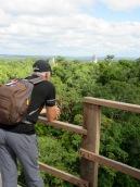 Mon amoureux ne connaît pas le vertige, ce qui lui permet d'apprécier sans contrainte le magnifique panorama de la jungle du Petén. Tikal, Guatemala.