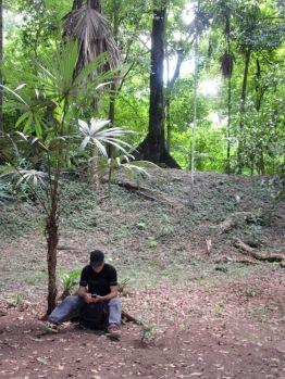 Mon amoureux surpris en train de consulter ses messages sur internet au milieu des ruines mayas. Tikal, Petén, Guatemala.