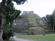 Acropolis Este à Yaxhá, un endroit idéal pour regarder le coucher du soleil. Petén, Guatemala.