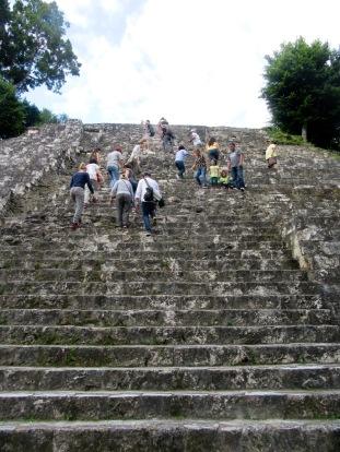 Mon amoureux ne peut résister à l'ascension de l'un des temples de l'Acropolis Norte. Yaxhá, Petén, Guatemala.