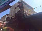 Au départ de Flores, nos bagages sont sécurisés sur le toit du minivan. Tout est prêt, en route pour El Remate! Petén, Guatemala.