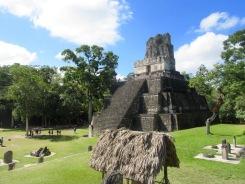 Le Temple II est accessible par un escalier de bois qui mène à une grande plateforme presque au sommet de la structure. La vue est imprenable! Tikal, Petén, Guatemala.