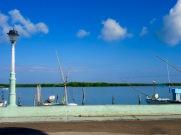 C'est dimanche matin, tout est calme pendant que nous prenons notre petit-déjeuner avec une vue imprenable devant nous. Rio Lagartos, Yucatán, Mexique.