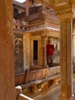 Ces balcons nichés en hauteur devaient offrir une vue spectaculaire sur les cours intérieures du Jahangir Mahal, Orchha, Inde.