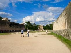 Chichen Itzà possède le plus grand jeu de balle du continent mésoaméricain. En bas, l'acoustique est incroyable. Chichen Itzà, Yucatán, Mexique.