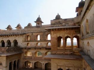 Le Raja Mahal compte plusieurs étages et s'élève très haut dans le paysage de Orchha, Inde.